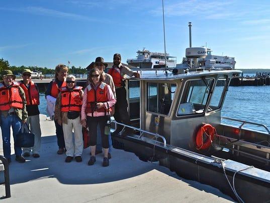 636040297326309500-Dusty-and-volunteers-by-boat-2-.jpg