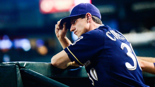 Milwaukee Brewers Manager Craig Counsell tips his cap when recognized by the announcer at Chase Field in Phoenix on Thursday, July 23, 2015.