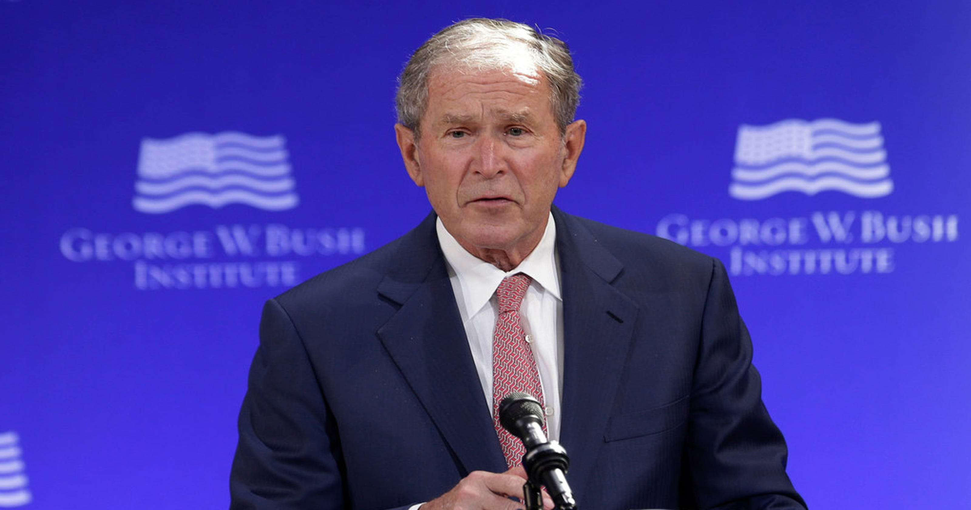 President George W. Bush delivers pizza to Secret Service detail amid government shutdown