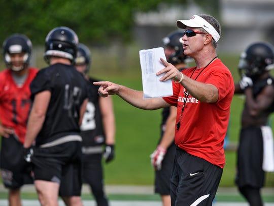 Head coach Scott Underwood talks to St. Cloud State