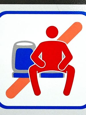 A sign prohibiting manspreading in Madrid.