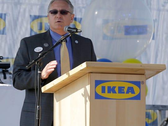Der Bürgermeister von Oak Creek, Daniel Bukiewicz, spricht bei der Eröffnung.