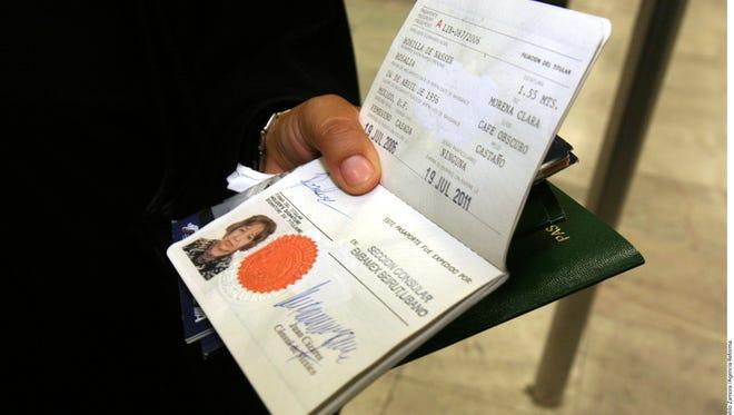 Nuevas restricciones migratorias hacen difícil a personas viajar a EEUU.