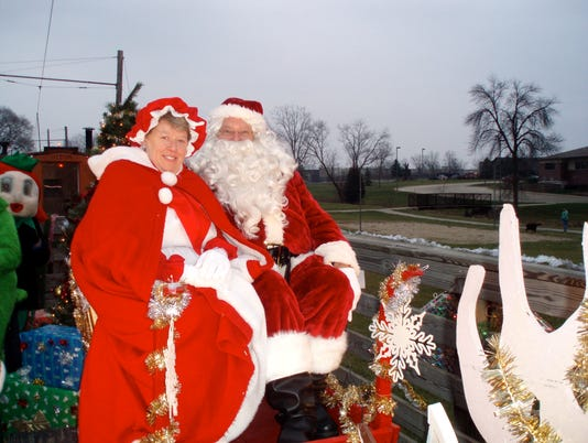 636463434445051412-Santa-and-Mrs-Claus.jpg