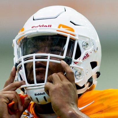 Tennessee's linebacker Darrin Kirkland Jr. (34) puts