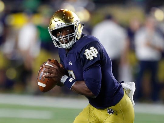 Fighting Irish quarterback Brandon Wimbush (7) scrambles