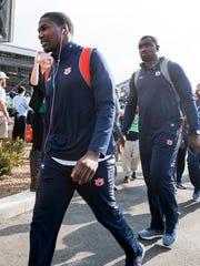 Auburn running back Kerryon Johnson (21) arrives with