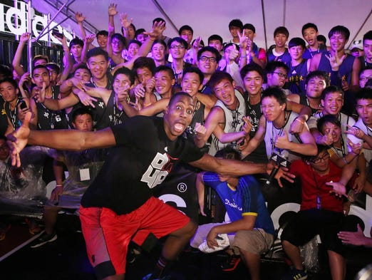 Rockets center Dwight Howard and Taiwanese fans opened a new court in Taipei.