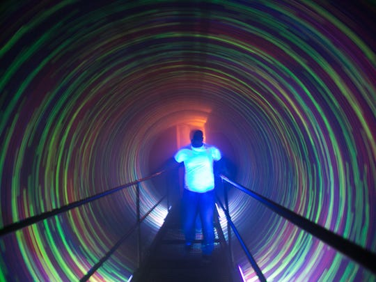 A bridge inside of a turning tunnel affects visitors'