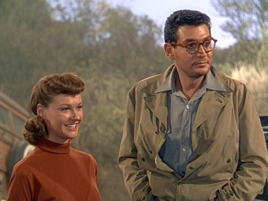 636062709756662094-7.-Ann-Robinson-and-Gene-Barry-first-meet-in-The-War-of-the-Worlds.jpg