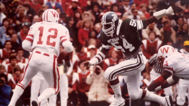 Carl Banks prepares to tackle a Wisconsin player.