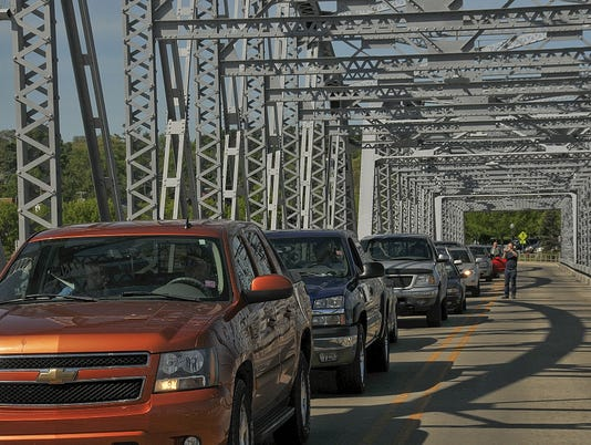 635700541379259201-DCA-0610-michigan-street-bridge-traffic-pic