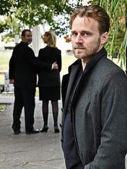 Foreground: Sam Ashdown as Hamlet; background: Roger