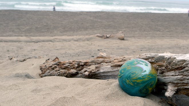 During Thanksgiving weekend, 100 handcrafted glass floats will be dropped along the beaches of Lincoln City during Finders Keepers.