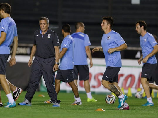 Uruguay's head coach Oscar Tabarez, second left, attends a training session the day before the World Cup soccer match between Colombia and Uruguay in Rio de Janeiro, Brazil, Friday, June 27, 2014. (AP Photo/Natacha Pisarenko)