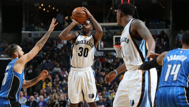 Memphis Grizzlies guard Troy Daniels, center, takes an outside jump shot defended by Orlando Magic's Evan Fournier.