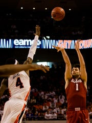 Alabama's Riley Norris (1) shoots over Auburn's T.J.