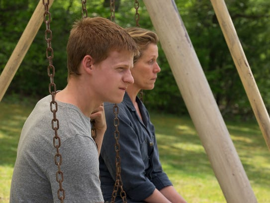 Robbie (Lucas Hedges) and Mildred (Frances McDormand)