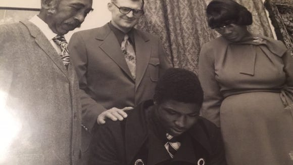 With his parents and Sidney Lanier High coach Bill Joiner by his side, Montgomery native Johnny Davis signed with Alabama in 1974.