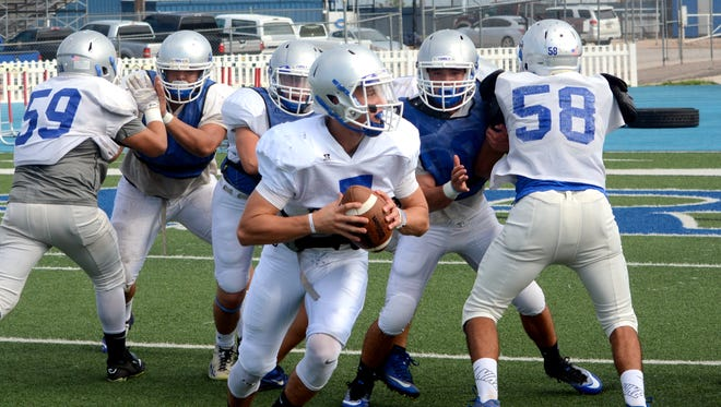 Carlsbad's Jonah Leyva looks for an open target down the right side during Wednesday's practice. The Cavemen will play in their home opener tonight against Clovis.