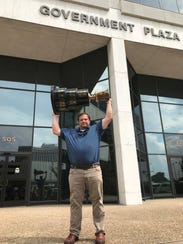 Shreveport Mudbugs owner Tommy Scott lifts the Robertson