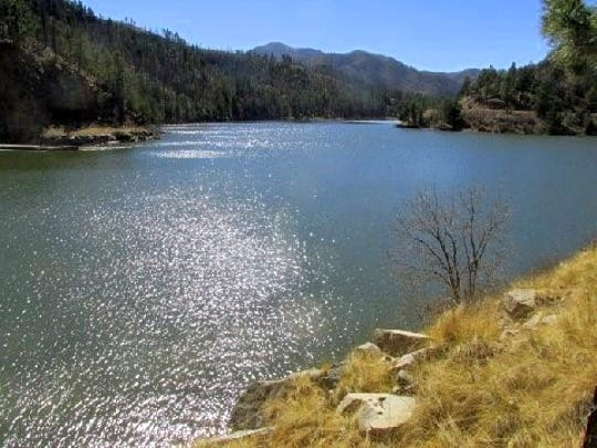 Although Bonito Lake still waits for a major rehabilitation, it is full of water and creates a spectacular view.