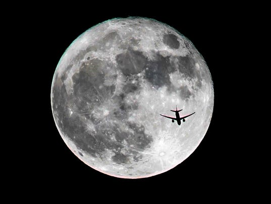 636147992622088777-supermoon-airplane.jpg
