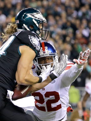 Eagles wide receiver Riley Cooper makes a touchdown catch on a pass from Sam Bradford as Giants strong safety Brandon Meriweather defends during the first half Monday.