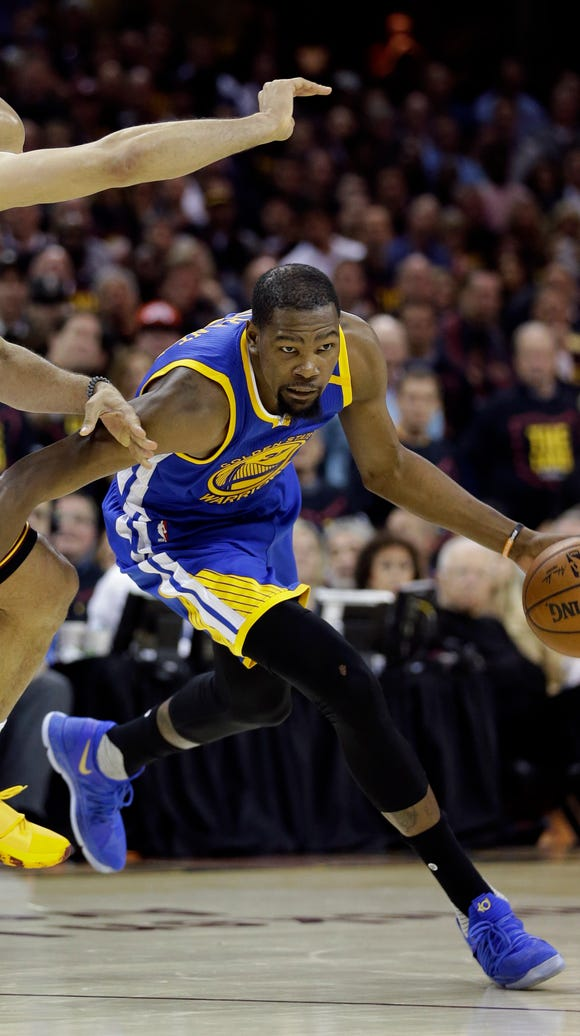 Golden State Warriors forward Kevin Durant (35) drives