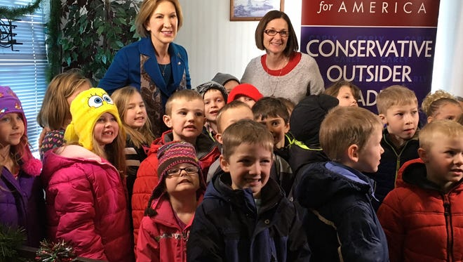 Carly Fiorina poses for a photo with a class of kindergartners who listened to her speak January 12 in Holstein.