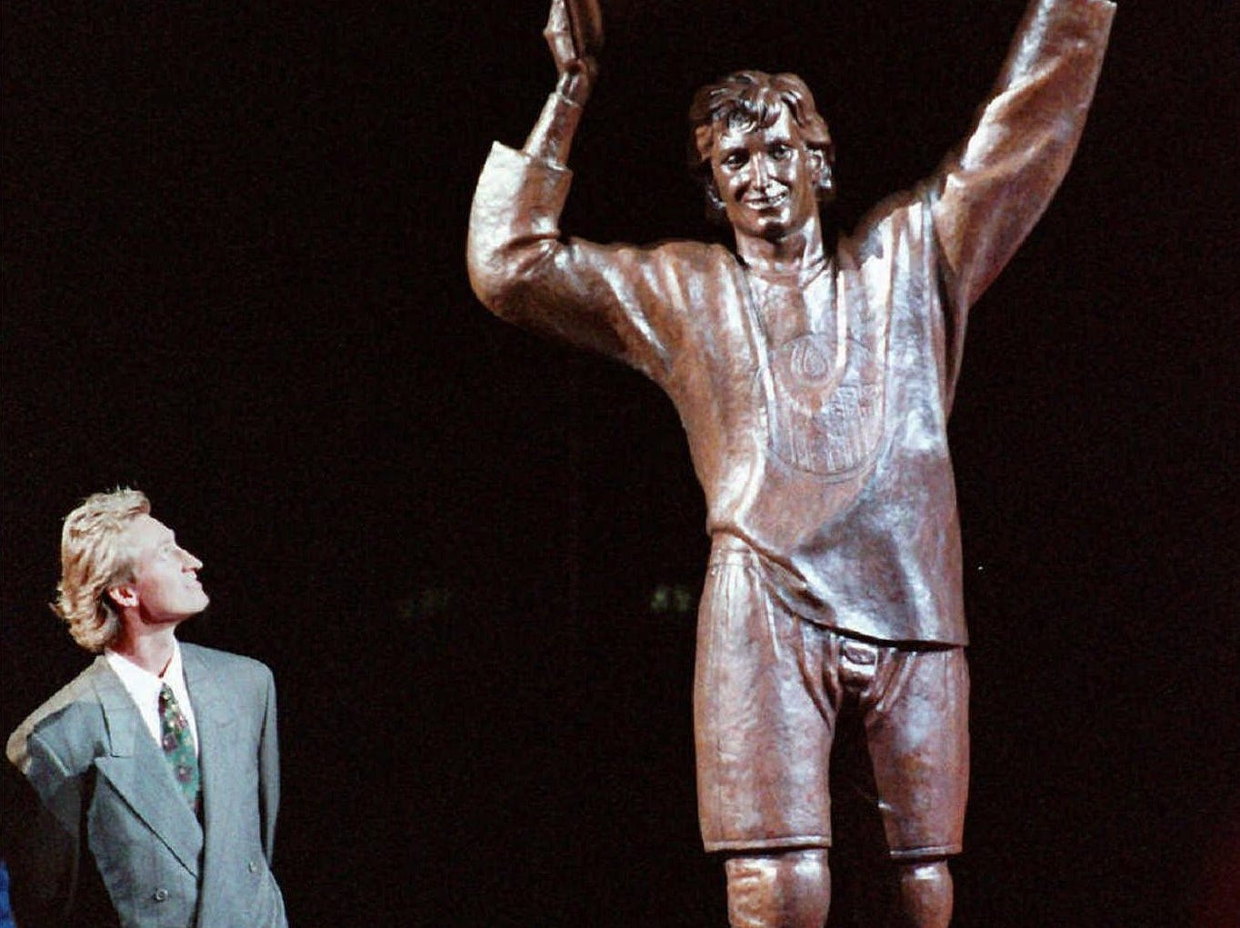 The Oilers dedicated a statue to Gretzky outside Northlands Coliseum in 1989.