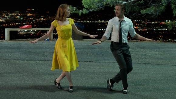 Mia (Emma Stone) and Sebastian (Ryan Gosling)  perform