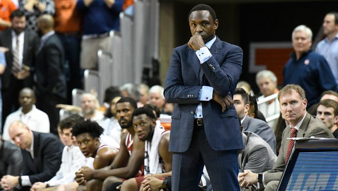 Alabama coach Avery Johnson and players watch the final moments of the team's NCAA college basketball game against Alabama on Wednesday, Feb. 21, 2018, in Auburn, Ala. Auburn won 90-71.