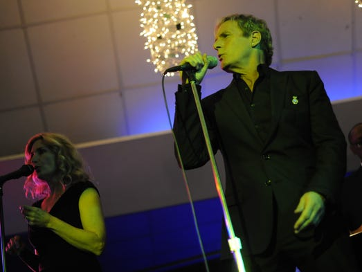 "Michael Bolton sings ""Ain't No Mountain High Enough"""