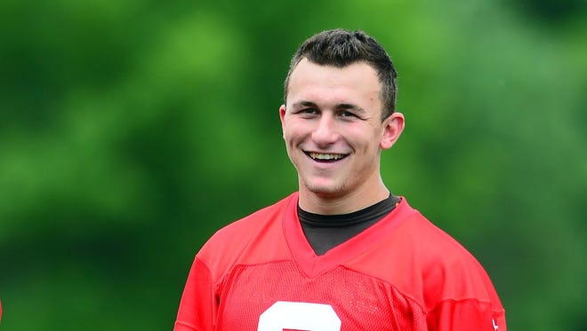 Former Bengals QB Akili Smith think Johnny Manziel is making the same mistakes he did.