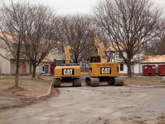-BUR20150424-House-Demolition-Airport-16.jpg_20150424.jpg