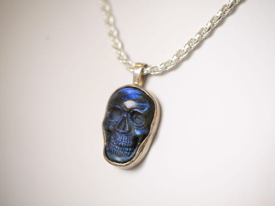 This Signature men's necklace features a skull made of labradorite.