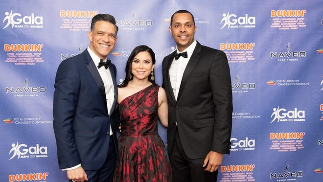 Paulo Pinto, director executivo da MAPS, com os apresentadores da Gala de 2019, Patricia DeOliveira e Alirio Pereira.