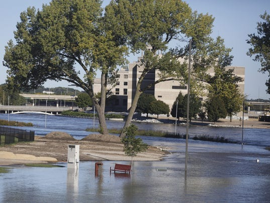 Iowa town residents evacuate as deadly floodwaters crest