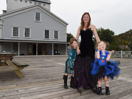 Bowie Barnett-Zunino poses with her kids Gilvey, 5,