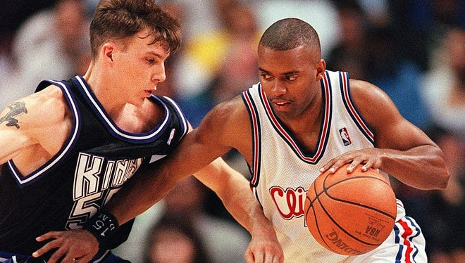 Darrick Martin of the Los Angeles Clippers, right, drives past Jason Williams of the Sacramento Kings in a 1999 game.