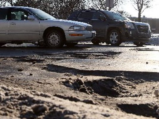 635811190032704581-potholes