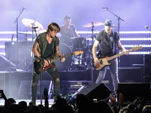 "Keith Urban headlines his ""ripCORD World Tour"" stop"