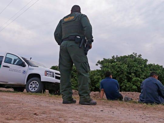 Agentes de la Patrulla Fronteriza realizan una detención.