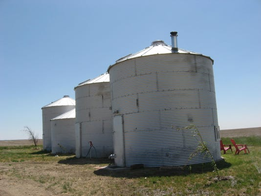 -grain bin house.JPG_20100304.jpg