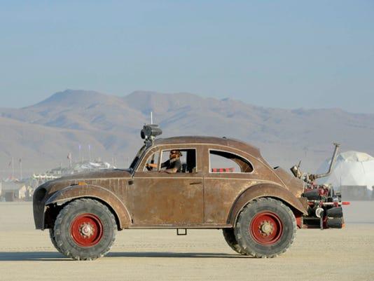 636080741404686003-Mutant-Vehicles-on-the-Playa-1.JPG