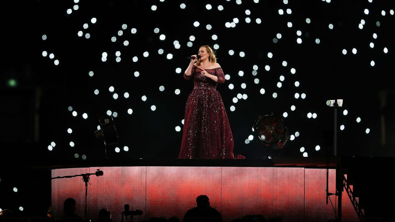 Adele invites girl on stage, girl belts out 'Hello'