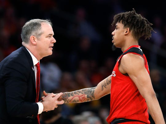 Rutgers coach Steve Pikiell talk to guard Corey Sanders