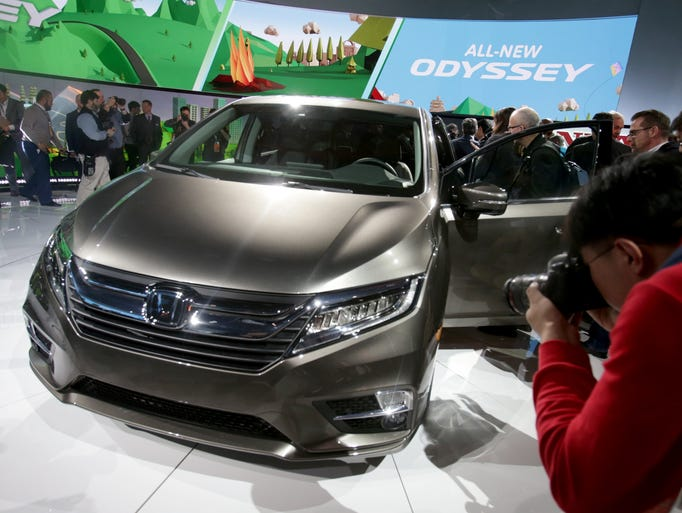 A photographer shoots the front of the 2018 Honda Odyssey