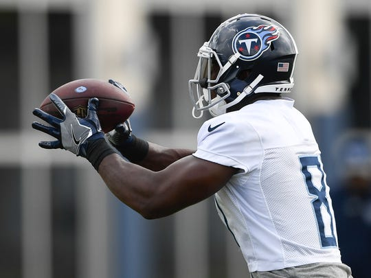 Titans tight end Jonnu Smith (81) pulls in a catch